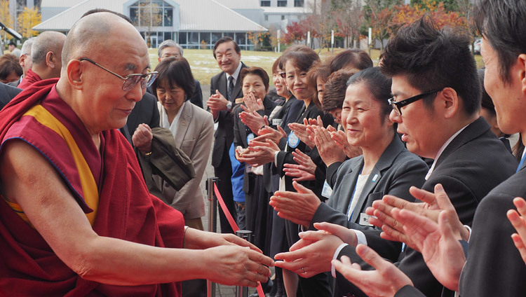 Staff and students welcoming His Holiness the Dalai Lama on his arrival at the new campus of Saitama Medical University in Saitama, Japan on November 26, 2016. Photo/Tenzin Taklha/OHHDL