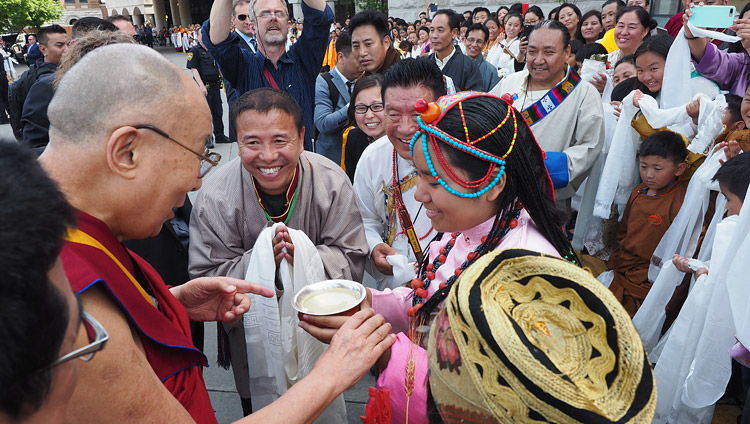Members of the local Tibetan community offering His Holiness the Dalai Lama a traditional welcome on his arrival at the Mayo Clinic in Rochester, MN, USA on June 13, 2017. Photo by Jeremy Russell/OHHDL