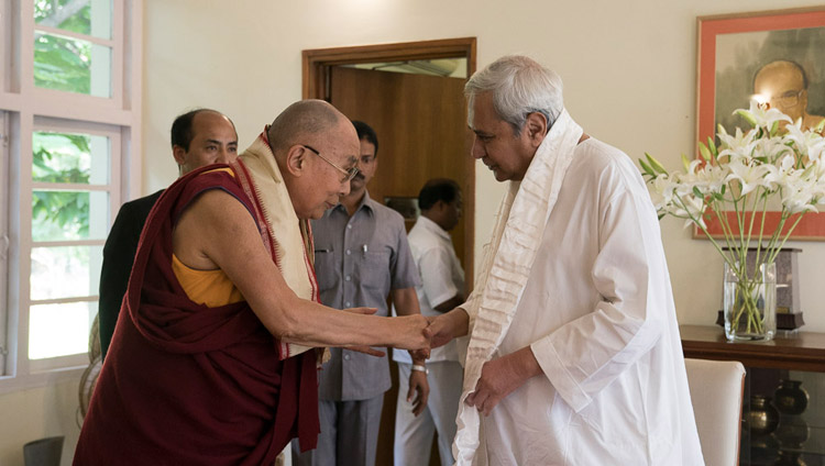 His Holiness the Dalai Lama and Odisha Chief Minister Naveen Patnaik exchanging greetings at the Chief Minister's residence in Bhubaneswar, Odisha, India on November 20, 2017. Photo by Tenzin Choejor