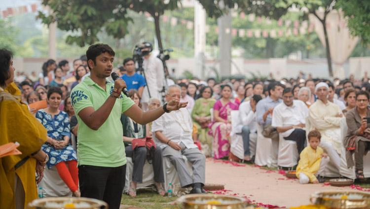 A member of the audience asking His Holiness the Dalai Lama a question during his talk at Somaiya Vidyavihar in Mumbai, India on December 10, 2017. Photo by Lobsang Tsering