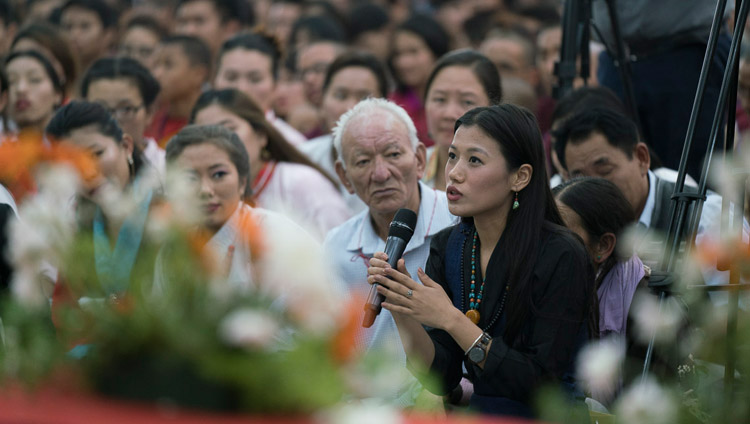 A member of the audience asking His Holiness the Dalai Lama a question during his talk to the Tibetan and Himalayan communities in Bengaluru, Karnataka, India on December 25, 2017. Photo by Tenzin Choejor