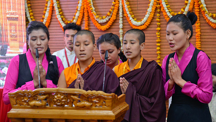 A group of female students, including nuns, singing the auspicious Mangalacharan in Sanskrit to open the inaugural session of the 92nd Annual Meet of Association of Indian Universities at CIHTS in Sarnath, UP, India on March 19, 2018. Photo by Lobsang Tsering