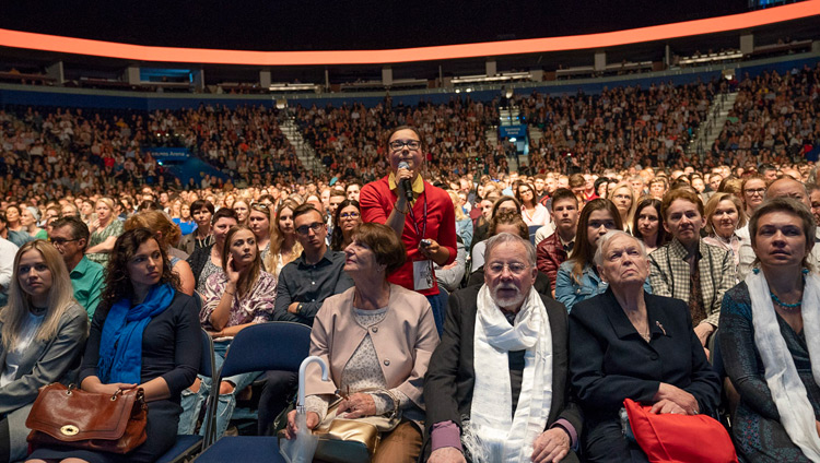 A member of the audience asking His Holiness the Dalai Lama a question during his talk at he Siemens Arena in Vilnius, Lithuania on June 14, 2018. Photo by Tenzin Choejor