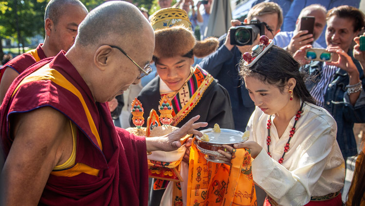 Members of the Tibetan community offering His Holiness the Dalai Lama a traditional welcome on his arrival at his hotel in Rotterdam, Netherlands on September 14, 2018. Photo by Jeppe Schilder