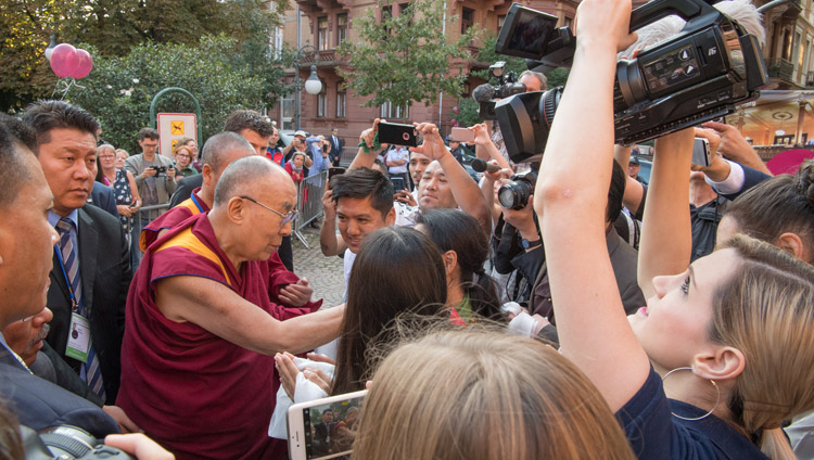 His Holiness the Dalai Lama greeting well-wishers as he arrives at Kongresshaus Stadthalle Heidelberg in Heidelberg, Germany on September 20, 2018. Photo by Manuel Bauer