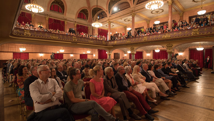 Members of the audience listening to the speakers at the dialogue on Happiness and Responsibility at Kongresshaus Stadthalle Heidelberg in Heidelberg, Germany on September 20, 2018. Photo by Manuel Bauer
