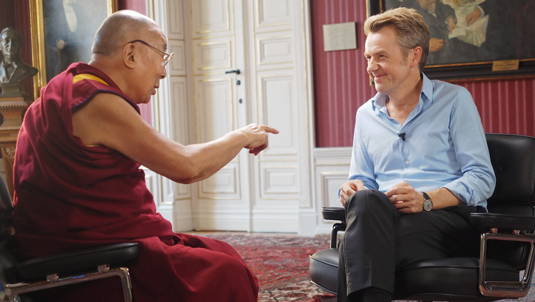 His Holiness the Dalai Lama talking with Scandinavian talk show host Fredrik Skavlan at Malmö City Hall in Malmö, Sweden on September 13, 2018. Photo by Jeremy Russell