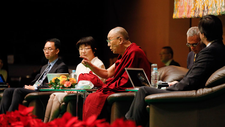 His Holiness the Dalai Lama commenting on the presentation by neuroscientist Dr Iriki Atsushi during the Modern Science and Buddhist Science in Yokohama, Japan on November 16, 2018. Photo by Tenzin Jigme
