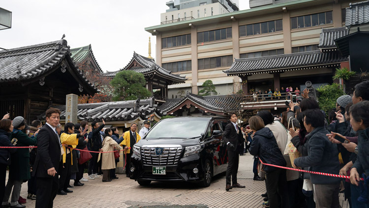 His Holiness the Dalai Lama's car leaving Tochoji Temple after his talk in Fuukuoka, Japan on November 22, 2018. Photo by Tenzin Choejor