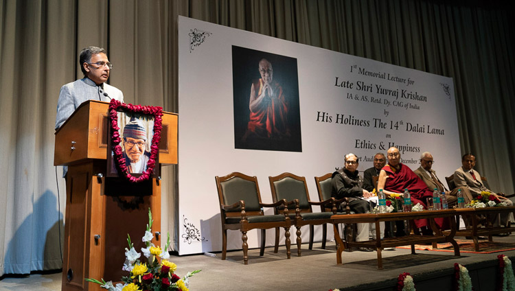 Yuvraj Krishan's son, Shrikant Krishan, welcoming His Holiness the Dalai Lama at the start of the 1st Yuvraj Krishan Memorial Lecture at Siri Fort Auditorium in New Delhi, India on December 8, 2018. Photo by Lobsang Tsering