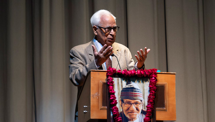 Mr NN Vohra, Former Governor of Jammu and Kashmir, relating his past experiences with His Holiness the Dalai Lama at the 1st Yuvraj Krishan Memorial Lecture at Siri Fort Auditorium in New Delhi, India on December 8, 2018. Photo by Lobsang Tsering