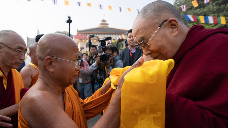 Abbot Dr Phra Bhodhinandhamunee welcoming His Holiness the Dalai Lama on his arrival at Watpa Buddhagaya in Bodhgaya, Bihar, India on December 22, 2018. Photo by Lobsang Tsering