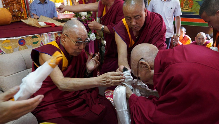 The Abbot of Ön Ngari Monastery, Gomang Khensur Lobsang Samten, making traditional offerings to His Holiness the Dalai Lama during welcoming ceremonies at the monastery in Manali, HP, India on August 10, 2019. Photo by Lobsang Tsering