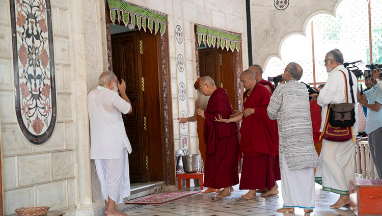 His Holiness the Dalai Lama paying his respects at the main Krishna Temple at Sri Udasin Karshni Ashram in Mathura, UP, India on September 22, 2019. Photo by Tenzin Choejor