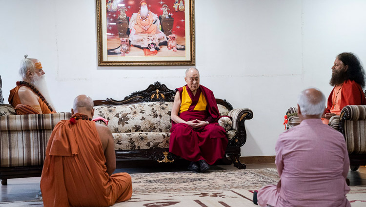 His Holiness the Dalai Lama joining Swami Karshni Gurusharanandaji Maharaj, Swami Chidanand Saraswati and other members of the ashram in meditation on the morning of the second day of his visit to Shri Udasin Karshni Ashram in Mathura, UP, India on September 23, 2019. Photo by Tenzin Choejor