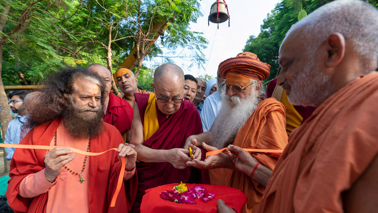 His Holiness the Dalai Lama inaugurating the gate to the Buddha garden at Sri Udasin Karshni Ashram in Mathura, UP, India on September 23, 2019. Photo by Tenzin Choejor