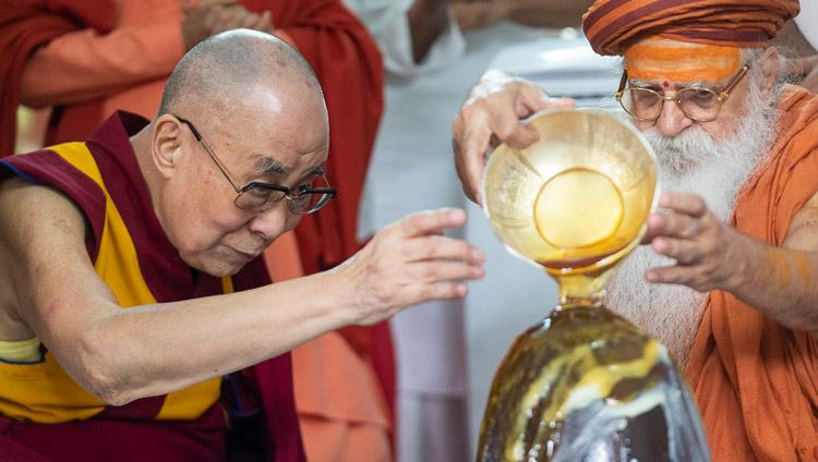His Holiness the Dalai Lama joining Swami Karshni Gurusharanandaji Maharaj in performing a Rudra Abhishek offering to the Shivling at Sri Udasin Karshni Ashram in Mathura, UP, India on September 23, 2019. Photo by Tenzin Choejor