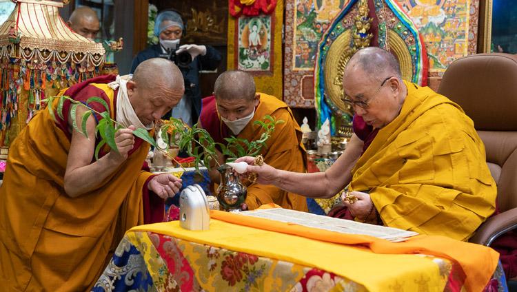Su Santidad el Dalái Lama realizando los rituales preparatorios para un empoderamiento de Avalokiteshvara en su residencia de Dharamsala, HP, India, el 30 de mayo de 2020. Foto de Ven Tenzin Jamphel