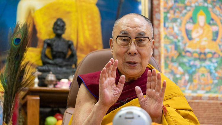 Su Santidad el Dalái Lama hablando en directo a una audiencia mundial durante la ceremonia de empoderamiento de Avalokiteshvara en su residencia de Dharamsala, HP, India, el 30 de mayo de 2020. Foto de Ven Tenzin Jamphel
