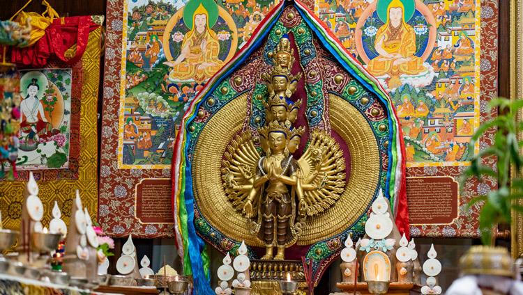 Estatua de un Avalokiteshvara de 1000 brazos sobre la mesa detrás de Su Santidad el Dalái Lama durante el empoderamiento de Avalokiteshvara en su residencia en Dharamsala, HP, India el 30 de mayo de 2020. Foto de Ven Tenzin Jamphel
