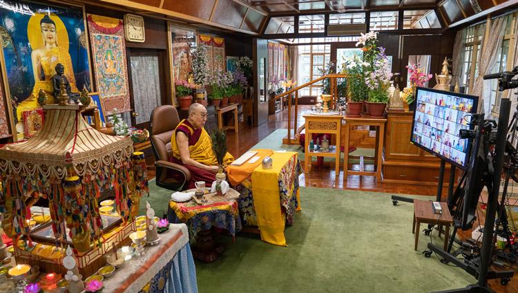 Su Santidad el Dalái Lama hablando ante una audiencia virtual mundial durante el empoderamiento de Avalokiteshvara en su residencia de Dharamsala, HP, India, el 30 de mayo de 2020. Foto de Ven Tenzin Jamphel