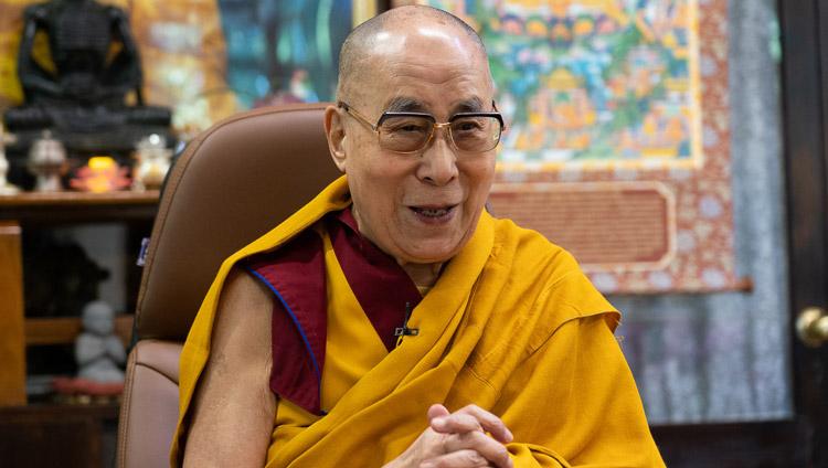 Su Santidad el Dalái Lama saludando a la audiencia de Taiwán reunida para celebrar su 85º cumpleaños por videoconferencia al inicio de su breve enseñanza sobre el Entrenamiento Mental desde su residencia en Dharamsala, HP, India, el 5 de julio de 2020. Foto de Ven Tenzin Jamphel