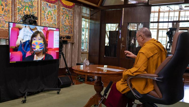 Su Santidad el Dalái Lama hablando por videoconferencia desde su residencia en Dharamsala, HP, India a un grupo en Taiwán reunido para celebrar su 85º cumpleaños el 5 de julio de 2020. Foto de Ven Tenzin Jamphel