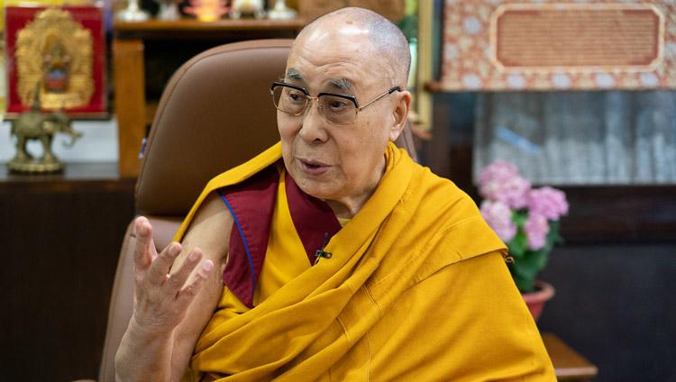 Su Santidad el Dalái Lama dando una breve enseñanza sobre el entrenamiento mental a un grupo de Taiwán reunido para celebrar su 85º cumpleaños por enlace de vídeo desde su residencia en Dharamsala, HP, India, el 5 de julio de 2020. Foto de Ven Tenzin Jamphel