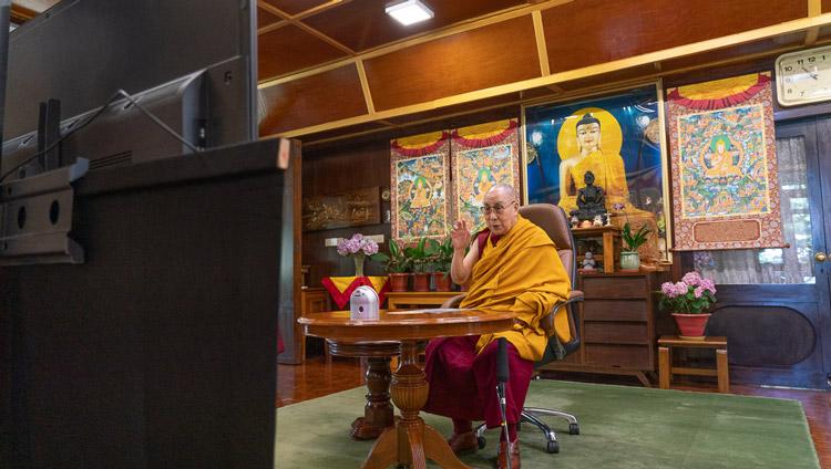 Su Santidad dirigiéndose por videoconferencia a un grupo de Taiwán que celebra su 85º cumpleaños desde su residencia en Dharamsala, HP, India, el 5 de julio de 2020. Foto de Ven Tenzin Jamphel