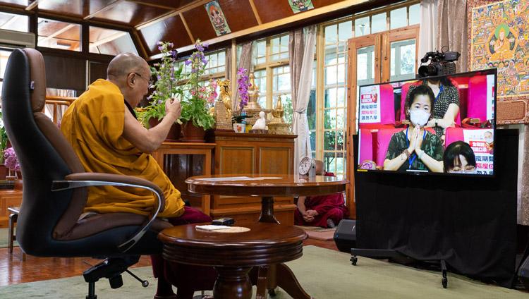 Su Santidad explicando el texto «Ocho versos para entrenar la mente» por videoconferencia a un grupo de Taiwán que celebra su 85 cumpleaños desde su residencia en Dharamsala, HP, India, el 5 de julio de 2020. Foto de Ven Tenzin Jamphel