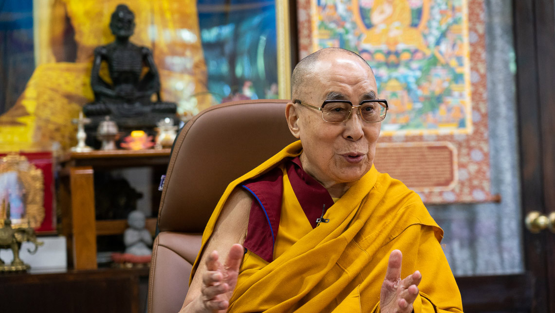 Su Santidad el Dalái Lama dando una breve enseñanza sobre los «Ocho versos para entrenar la mente» de Geshé Langri Tangpa a un grupo en Taiwán que celebra su 85 cumpleaños desde su residencia en Dharamsala, HP, India el 5 de julio de 2020. Foto de Ven Tenzin Jamphel