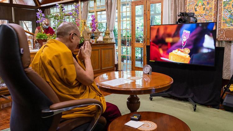 Un miembro del público en Taiwán sosteniendo un pastel de cumpleaños para Su Santidad el Dalái Lama al final de su corta enseñanza sobre el Entrenamiento de la Mente por enlace de video desde su residencia en Dharamsala, HP, India el 5 de julio de 2020.