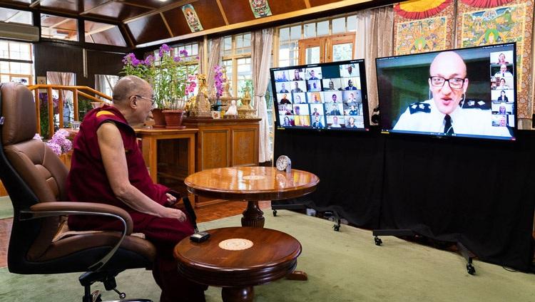 El Detective en Jefe Superintendente Simon Rose ofreciendo su discurso de apertura al comienzo de la conversación de Su Santidad el Dalái Lama con los miembros de la Policía Metropolitana a través de una videoconferencia desde su residencia en Dharamsala, HP, India, el 8 de julio de 2020. Foto de Ven Tenzin Jamphel