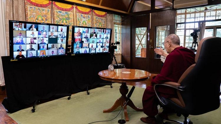 Su Santidad el Dalái Lama entablando una conversación con miembros de la Policía Metropolitana por videoconferencia desde su residencia en Dharamsala, HP, India, el 8 de julio de 2020. Foto de Ven Tenzin Jamphel