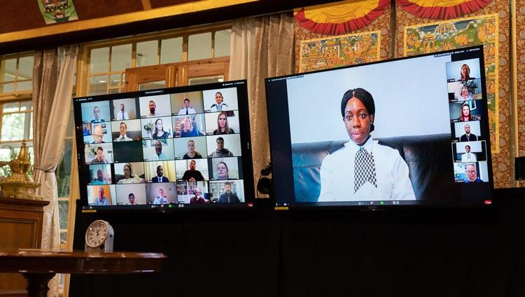 Un miembro de la Policía Metropolitana haciendo una pregunta a Su Santidad el Dalái Lama durante su conversación por enlace de video desde su residencia en Dharamsala, HP, India el 8 de julio de 2020. Foto de Ven Tenzin Jamphel