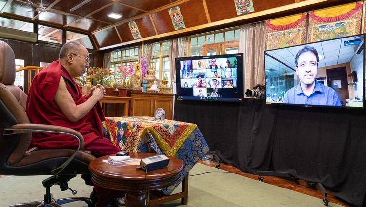 Su Santidad el Dalái Lama es recibido por el Dr. Akshay Anand, Profesor, PGIMER, Chandigarh al comienzo de su conversación sobre la Compasión en la Práctica Médica desde su residencia en Dharamsala, HP, India el 23 de julio de 2020. Foto de Ven Tenzin Jamphel