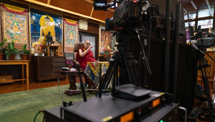 Su Santidad el Dalái Lama hablando por videoconferencia a la Asociación Mundial de Médicos de Origen Indio (GAPIO) y a los eruditos del yoga PGIMER desde su residencia en Dharamsala, HP, India, el 23 de julio de 2020. Foto de Ven Tenzin Jamphel
