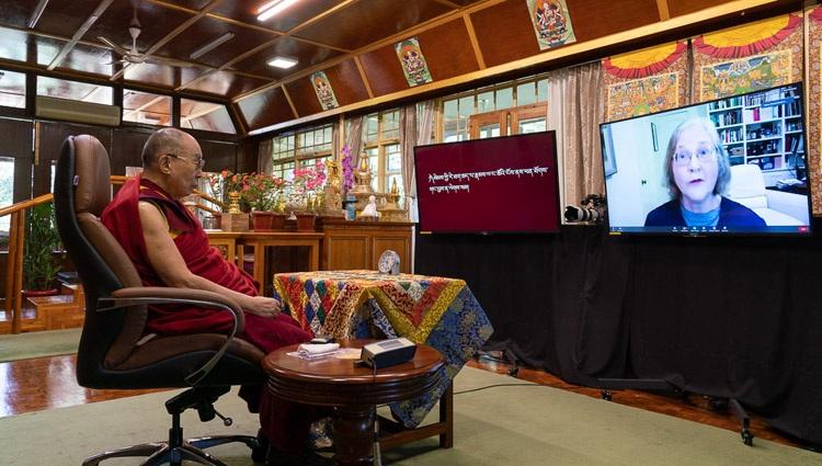 Su Santidad el Dalái Lama escuchando una pregunta de la Dra. Elizabeth Blackburn durante su charla a la Asociación Mundial de Médicos de Origen Indio (GAPIO) y a los becarios de yoga PGIMER desde su residencia en Dharamsala, HP, India el 23 de julio de 2020. Foto de Ven Tenzin Jamphel