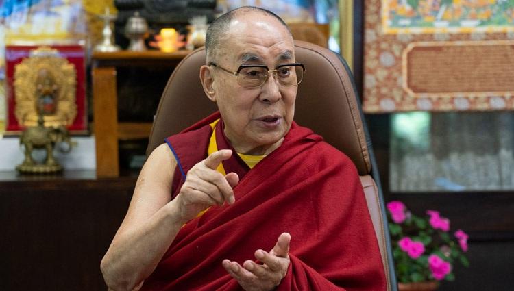 Su Santidad el Dalái Lama respondiendo a las preguntas de los participantes durante su charla por videoconferencia a la Asociación Mundial de Médicos de Origen Indio (GAPIO) y a los becarios de yoga PGIMER desde su residencia en Dharamsala, HP, India, el 23 de julio de 2020. Foto de Ven Tenzin Jamphel