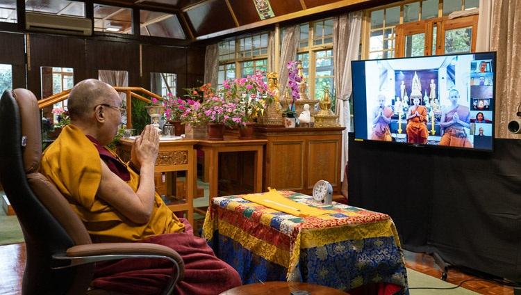 Monjes de Tailandia recitando el «Mangala Sutta» en Pali al comienzo del primer día o enseñanzas de Su Santidad el Dalái Lama desde su residencia en Dharamsala, HP, India el 4 de septiembre de 2020. Foto de Ven Tenzin Jamphel