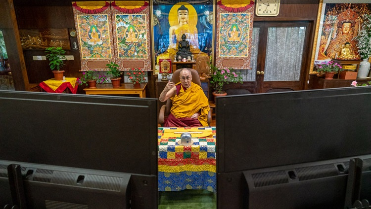 Su Santidad el Dalái Lama hablando a la audiencia virtual en el primer día de enseñanzas por videoconferencia desde su residencia en Dharamsala, HP, India, el 4 de septiembre de 2020. Foto de Ven Tenzin Jamphel