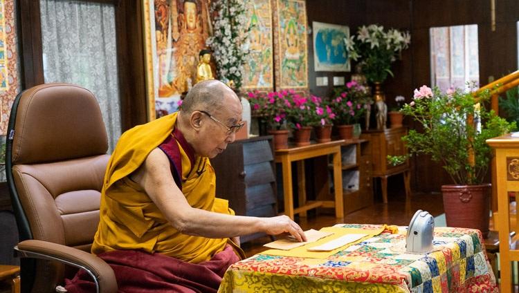 Su Santidad el Dalái Lama leyendo de las «37 Prácticas de un Bodisatva» en el primer día de sus enseñanzas por videoconferencia desde su residencia en Dharamsala, HP, India el 4 de septiembre de 2020. Foto de Ven Tenzin Jamphel