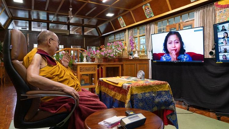 Su Santidad el Dalái Lama respondiendo a una pregunta de una integrante de la audiencia virtual en el primer día de sus enseñanzas desde su residencia en Dharamsala, HP, India el 4 de septiembre de 2020. Foto de Ven Tenzin Jamphel