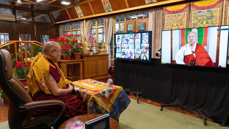 El Abad Ven. JinOk recitando el Sutra del Corazón en coreano al comienzo del primer día de las enseñanzas de Su Santidad el Dalái Lama desde su residencia en Dharamsala, HP, India el 5 de enero de 2021. Foto de Ven Tenzin Jamphel