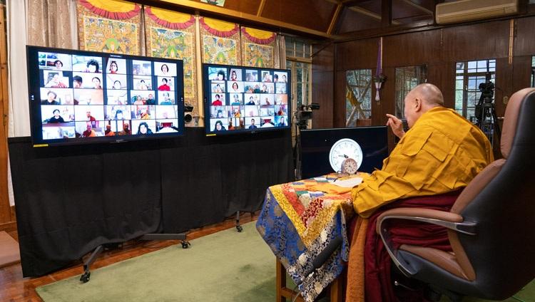 Su Santidad el Dalái Lama dirigiéndose a la audiencia virtual el primer día de sus enseñanzas solicitadas por los budistas coreanos desde su residencia en Dharamsala, HP, India, el 5 de enero de 2021. Foto de Ven Tenzin Jamphel