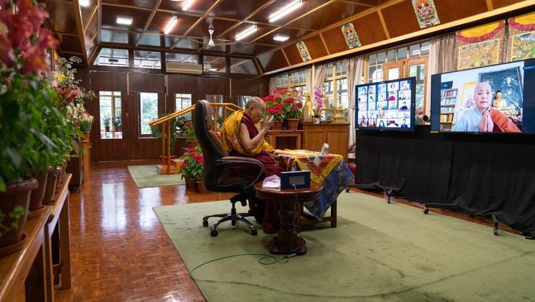 Su Santidad el Dalái Lama respondiendo a una pregunta de la audiencia virtual en el primer día de sus enseñanzas solicitadas por los budistas coreanos desde su residencia en Dharamsala, HP, India el 5 de enero de 2021. Foto de Ven Tenzin Jamphel