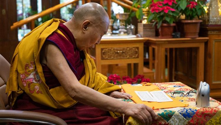 Su Santidad el Dalái Lama leyendo el Sutra del Corazón en el primer día de sus tres días de enseñanza desde su residencia en Dharamsala, HP, India, el 5 de enero de 2021. Foto de Ven Tenzin Jamphel