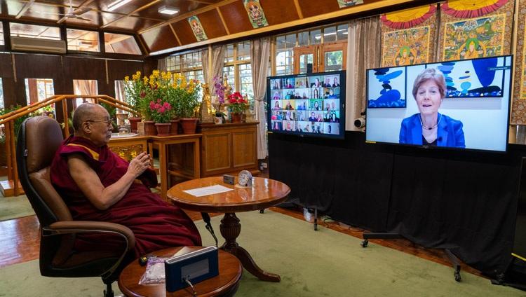 Diana Chapman Walsh, moderadora de la Conversación sobre la Crisis de los bucles de retroalimentación climática, presenta el programa mientras Su Santidad el Dalái Lama observa en su residencia en Dharamsala, HP, India, el 10 de enero de 2021. Foto de Ven Tenzin Jamphel
