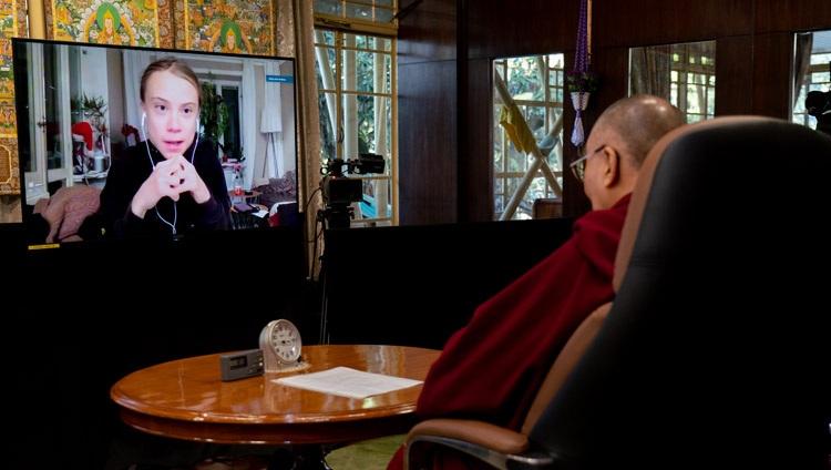 Su Santidad el Dalái Lama en su residencia en Dharamsala, India, escuchando a Greta Thunberg durante su conversación en línea el 10 de enero de 2021. Foto de Ven Tenzin Jamphel