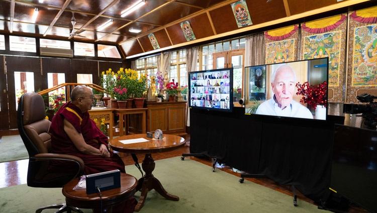 William Moomaw hablando sobre las soluciones para detener los bucles de retroalimentación climática durante la conversación con Su Santidad el Dalái Lama que se unió desde su residencia en Dharamsala, HP, India el 10 de enero de 2021. Foto de Ven Tenzin Jamphel